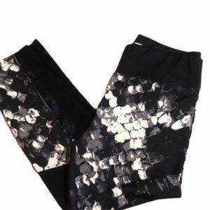 Black and White Patterned Capri Leggings